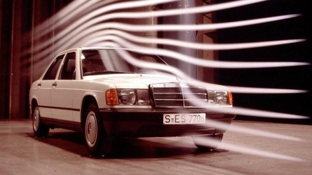 """""""Klinowa"""" sylwetka nadwozia nowego Mercedesa 190 wymaga przyzwyczajenia oczu. Samochód dysponuje jednakże bardzo korzystnym współczynnikiem oporo w powietrza – 0,33. /Mercedes"""