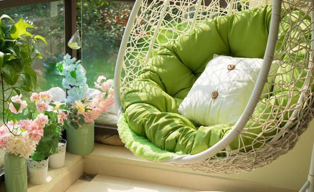 Klka rodzajów donic i kolorowe kwiaty oraz hamak nadadzą balkonowi charakteru /©123RF/PICSEL
