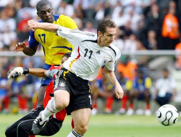 Klose (na pierwszym planie) dwa razy pokonał Cristiana Morę /AFP