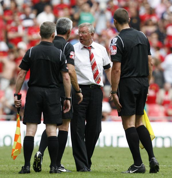 """Kłótnie z sędziami, """"suszenie"""" głów piłkarzy - to norma w karierze Fergusona /AFP"""