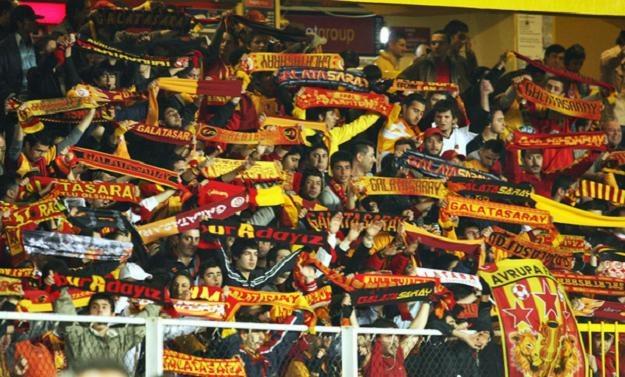 Klub Galatasaray przeprosił za zajścia wywołane przez swoich kibiców /AFP