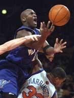 Knicks - Wizards 86:87. Faulowany Michael Jordan wpada na Othellę Harringtona