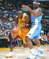 Kobe Bryant i Carmelo Anthony walczą o piłkę. Lakers-Nuggets 89:78 /AFP