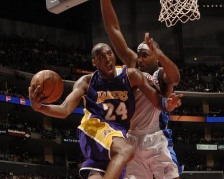 Kobe Bryant i Elton Brand walczą pod koszem. Lakers-Clippers 82:90 /AFP