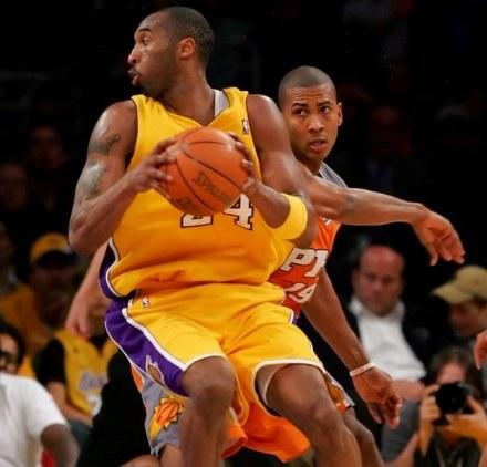 Kobe Bryant i Raja Bell walczą o piłkę. Lakers-Suns 95:89 /AFP