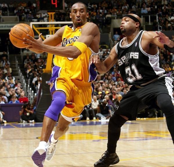 Kobe Bryant mija Nicka Van Exela. Lakers-Spurs 85:96 /AFP