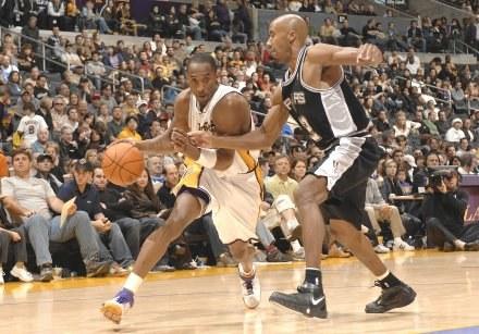 Kobe Bryant próbuje mijać Bruce'a Bowena Fot. Noah Graham/NBAE/Getty Images /