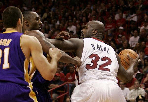 Kobe Bryant próbuje powstrzymać byłego kolegę z zespołu Shaquille'a O'Neala /AFP