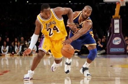Kobe Bryant (z lewej) /AFP