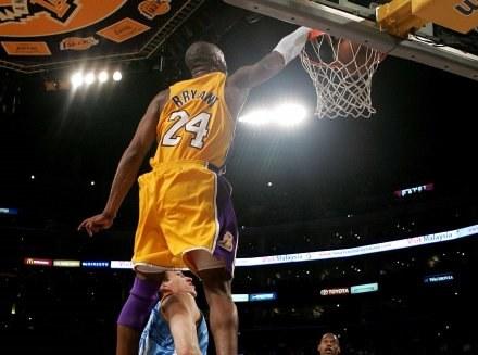Kobe Bryant zdobywa 2 z 49 punktów /AFP