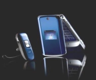 Kobiecy telefon w rękach faceta - MOTOKRZR K1