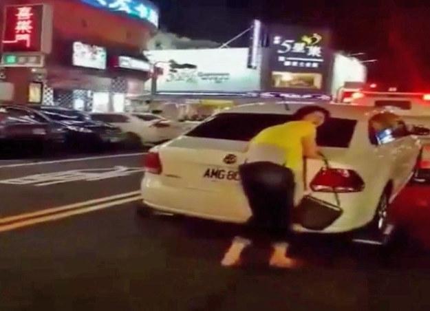 Kobieta mocno trzymała się swojego odholowywanego samochodu /