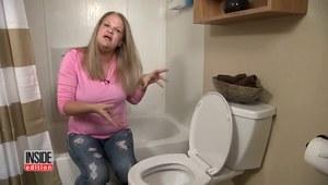 Kobieta nurkowała po skarby w toalecie