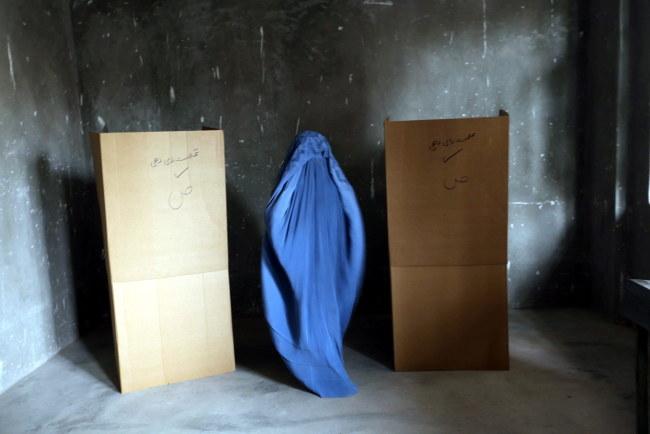 Kobieta oddaje głos w Heracie /PAP/EPA/JALIL REZAYEE /PAP/EPA