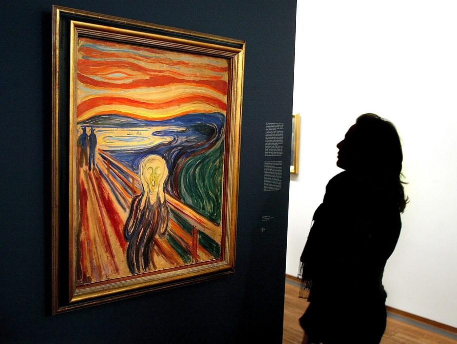 "Kobieta ogląda ""Krzyk"" E. Muncha /PAP/EPA (Hans Klaus Techt) /PAP/EPA"
