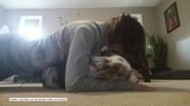 Kobieta próbuje ćwiczyć w domu, a co robi w tym czasie jej pies?