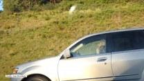 Kobieta prowadząc auto, kręciła na lokówce włosy