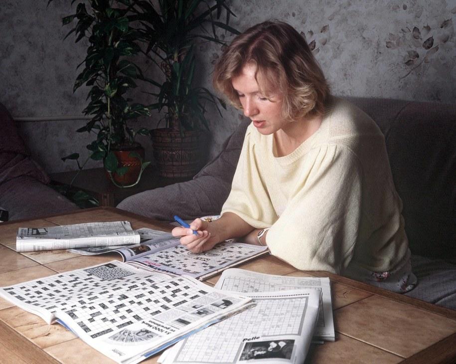 Kobieta rozwiązuje krzyżówki /PAP/DPA/Tschanz Hofmann  /PAP