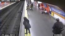 Kobieta wpadła na tory metra. Uratował ją policjant!