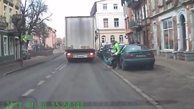 Kobieta wysiada z samochodu...