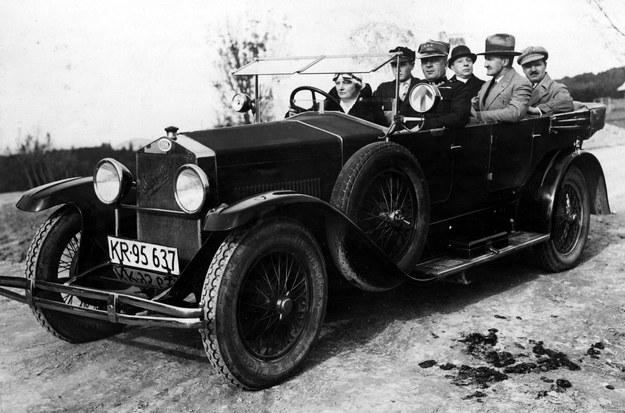 Kobieta za kierownicą, mężczyźni na miejscach dla pasażerów. lata 20. XX wieku /Z archiwum Izy Wojciechowskiej /Agencja FORUM