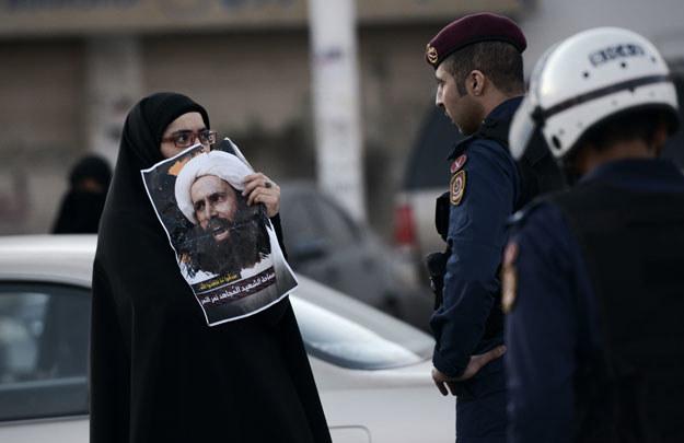 Kobieta ze zdjęciem straconego szyickiego duchownego Nimr al-Nimra /AFP