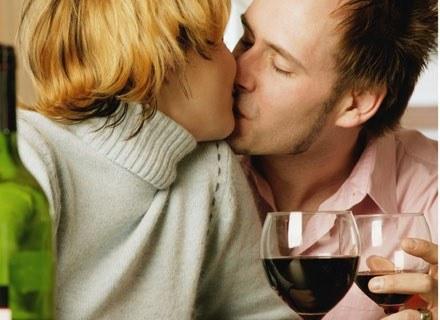 Kobietom pod  wpływem alkoholu niektóre twarze wydają się ładniejsze /ThetaXstock