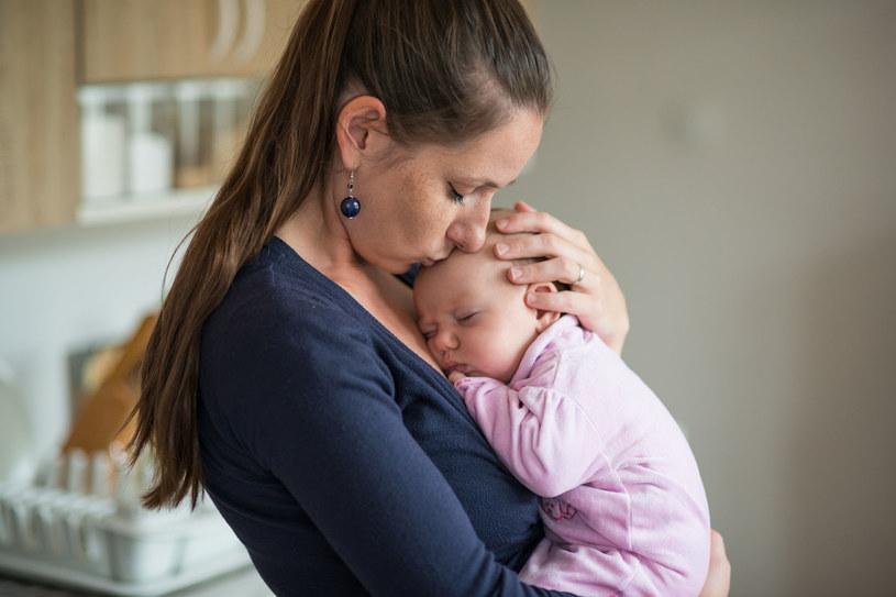 Kobiety często zauważają, że po porodzie bardziej się pocą. Jest to związane z ubywaniem wody, którą organizm nagromadził w okresie ciąży /123RF/PICSEL