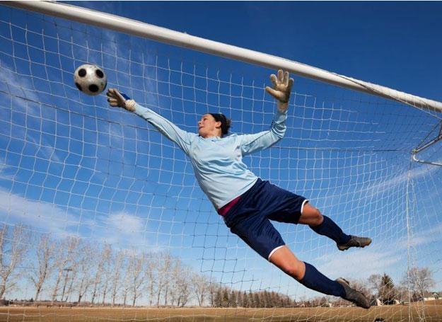 Kobiety grające w piłke odnosza więcej poważnych kontuzji niż mężczyźni / fot. 123RF/PICSEKL /© EurekNews.pl