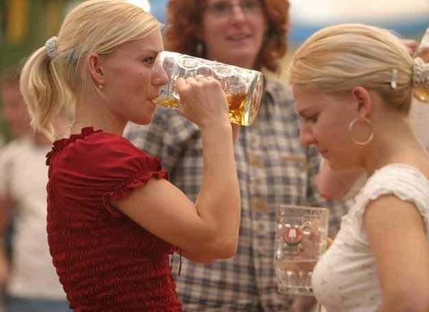 Kobiety, które często sięgają po alkohol mogą mieć trudności z zajściem w ciążę. /Getty Images/Flash Press Media
