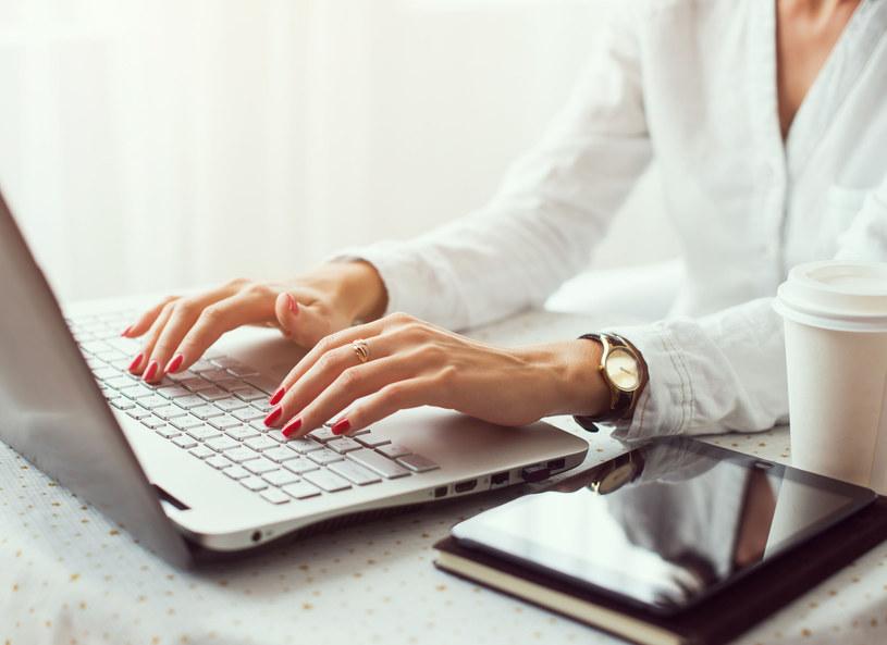 Kobiety lubią kupować przez internet /©123RF/PICSEL