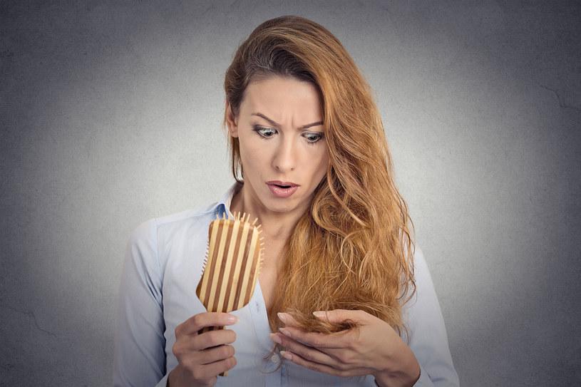 Kobiety również zmagają się z utratą włosów m.in. na skutek zaburzeń hormonalnych podczas ciąży, po porodzie, menopauzie. /©123RF/PICSEL