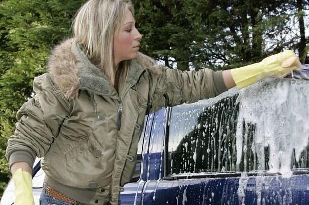 Kobiety rzadziej myją auta niż mężczyźni /