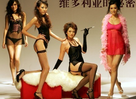 Kobiety uwielbiają luksusową bieliznę /AFP
