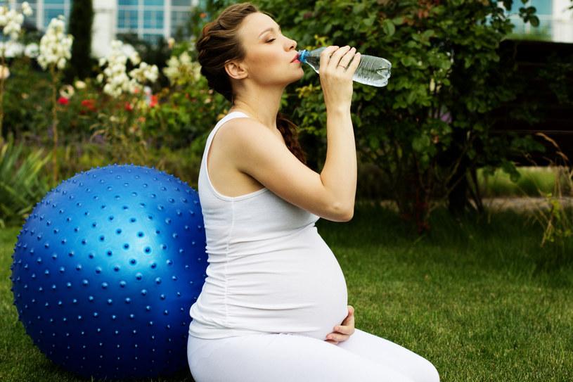 Kobiety w ciąży piją za mało wody /©123RF/PICSEL