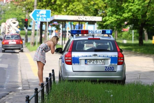 Kobiety w przekonywaniu policjantów mają łatwiej... /Fot. Stanisław Kowalczuk /East News