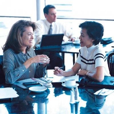 Kobiety wcale nie plotkują częściej niż mężczyźni /INTERIA.PL