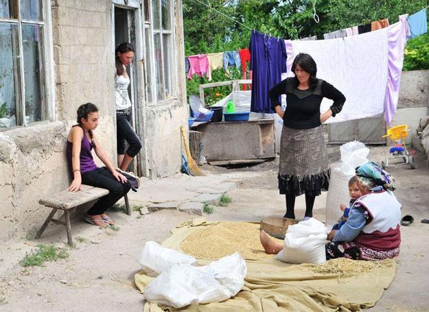 Kobiety wychodzą za mąż bardzo młodo, a wkrótce ich mężowie emigrują /AFP