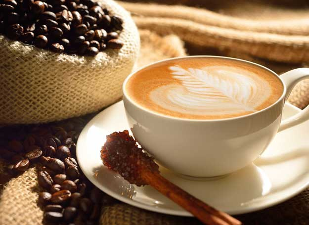 Kofeina przyspiesza akcję serca oraz rozszerza naczynia krwionośne /123RF/PICSEL
