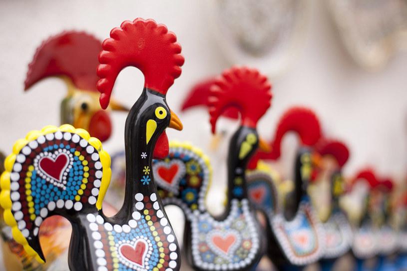 Kogut z Barcelos - element portugalskiego folkloru - jedna z najczęściej spotykanych w całym kraju pamiątek /123RF/PICSEL