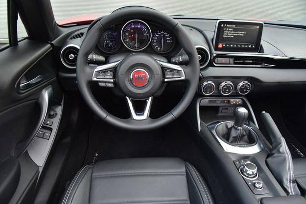 Kokpit Fiata jest niemal taki sam jak w Maździe, choć u góry użyto tu miękkich materiałów. Całość sprawia solidne wrażenie, a obsługa nie nastręcza problemów. Kierownica jest ustawiana tylko w zakresie góra-dół. Brakuje zamykanego schowka i uchwytów na kubki. /Motor