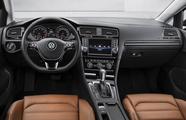 Kokpit ma teraz białe podświetlenie instrumentów. Odtwarzacz CD i czytnik kart SD umieszczono w schowku. Dźwignia zmiany biegów została zamocowana o 2 cm wyżej niż w poprzedniku. /Volkswagen