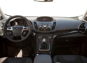 Kokpit niemal identyczny jak w Focusie. Ekran nawigacji jest zdecydowanie za mały, a konsola przeładowana przyciskami, których rozplanowanie i funkcjonowanie trzeba długo studiować. Natomiast układ przełączania biegów jest znakomity. /Ford
