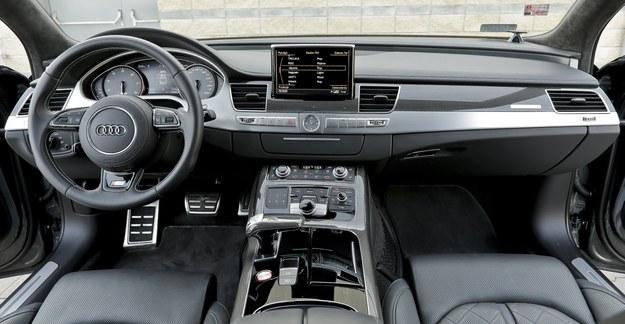 Kokpit S8 jest wzorowy pod względem wykonania, wykończenia i jakości użytych materiałów, ale także w kwestii ergonomii. /Motor