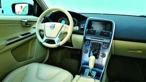 Kokpit typowy dla nowych modeli Volvo. Jakość materiałów jest wyższa niż w przypadku Mazdy, ale obsługa mniej przyjazna kierowcy – zbyt dużo przycisków zgrupowanych na konsoli środkowej. /Motor
