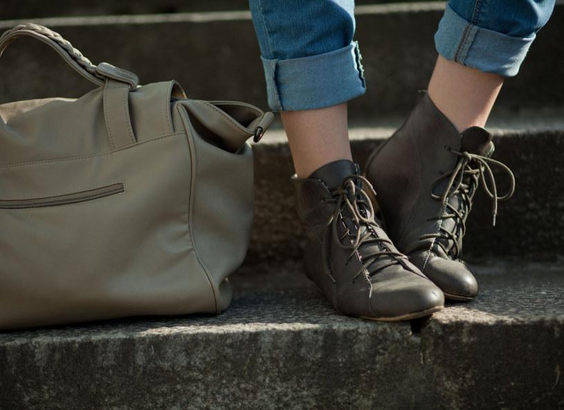 Kolana nie lubią damskich torebek. Warto więc pomyśleć o zakupie plecaka! /123RF/PICSEL