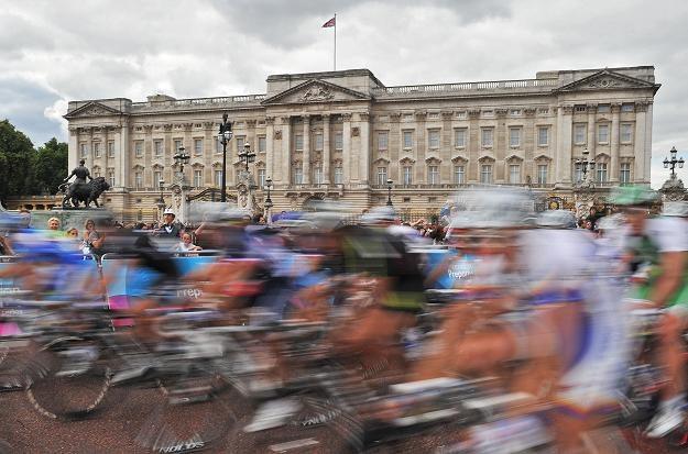Kolarze przed Buckingham Palace /AFP