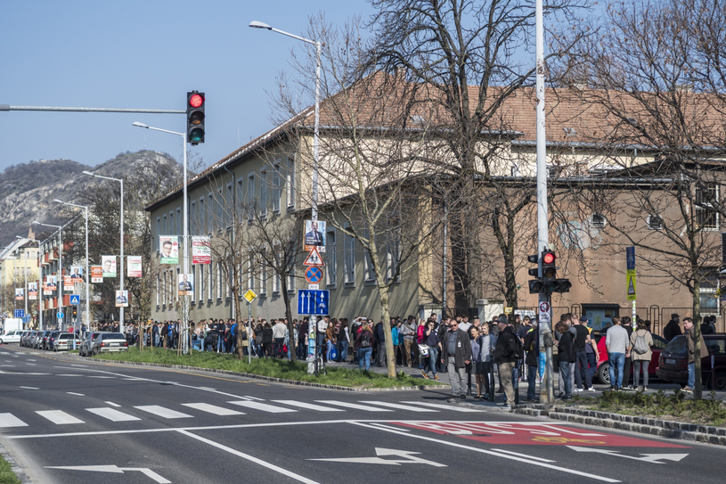 Kolejka do lokalu wyborczego, Budapeszt /PAP/EPA