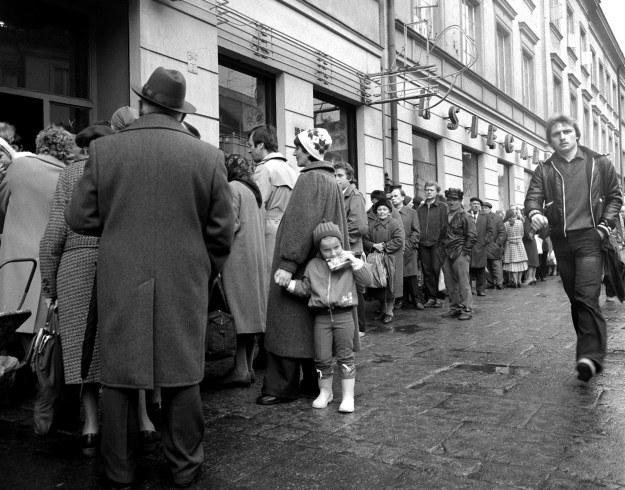 Kolejka do sklepu w Warszawie, 1981 r., fot. Aleksander Keplicz /Agencja FORUM