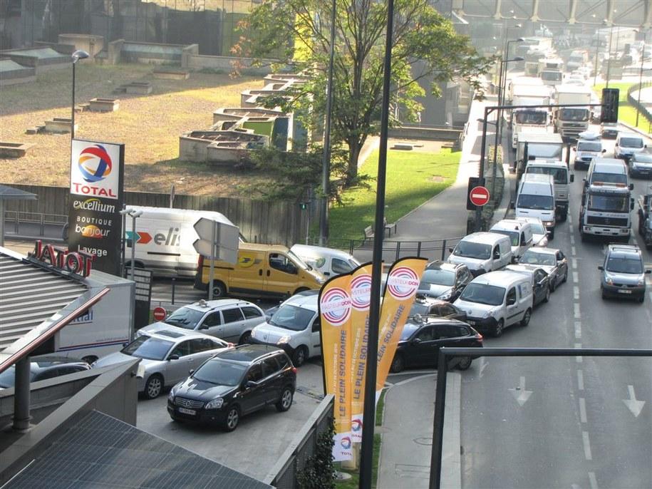 Kolejka do stacji benzynowej w Paryżu  /fot. Marek Gładysz /RMF FM